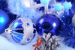 winter--pine-tree--tinsel--decorations_31859